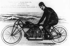 Glenn_Curtiss_on_his_V-8_motorcycle,_Ormond_Beach,_Florida_1907.jpg
